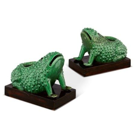 A PAIR OF CHINESE GREEN-GLAZED PORCELAIN 'FROG' JARDINIERES LATE QING DYNASTY, LATE 19TH/20TH CENTURY
