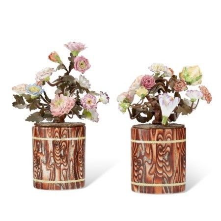 A PAIR OF CHINESE EXPORT PORCELAIN FAUX BOIS BRUSH POTS FITTED WITH PORCELAIN FLOWERS THE BRUSH POTS LATE QING DYNASTY, LATE 19TH/EARLY 20TH CENTURY, THE FLOWERS LIKELY FRENCH AND OF SIMILAR DATE