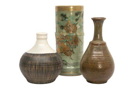 LOT DE TROIS (3) VASES Japon, Période Showa Il comprend : > 1 flasque à saké en grès à couverte