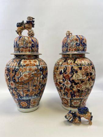 PAIRE DE VASES BALUSTRES A BORDURES CÔTELEES EN PORCELAINE, IMARI  Japon A décor bleu, corail e
