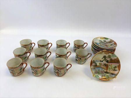 SERVICE A THE EN PORCELAINE Japon  comprenant onze tasses et onze sous-tasses (usures)