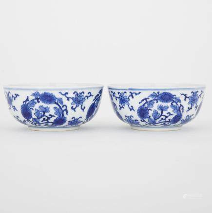 A PAIR OF BLUE AND WHITE BOWLS, QIANLONG MARK