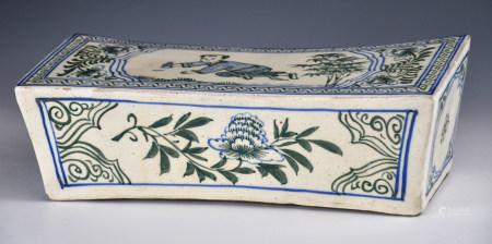 人物花卉青花瓷枕