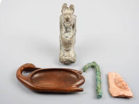 Anubis en terre cuite   de type de la Basse Epoque et autres dont palette à fards copie ainsi q