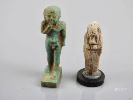Deux amulettes dont  Dieu Harpocrate et oushebti,fritte ou pâte de verre.Style Basse Epoque.H :