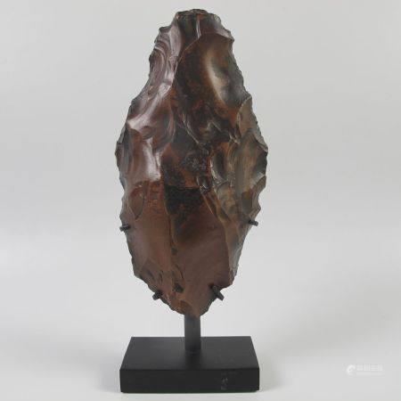 Pointe de lance prédynastique. Silex à patine chocolat. L 13cm. Socle métal. Ancienne collectio