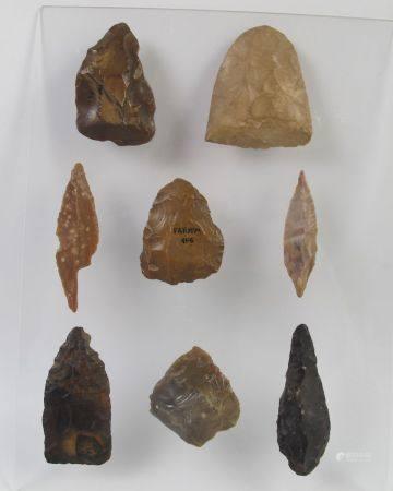 Collection de huit silex prédynastiques fayoumiens. L 4.5 à 7 cm. Cinq pointes de flèches et tr