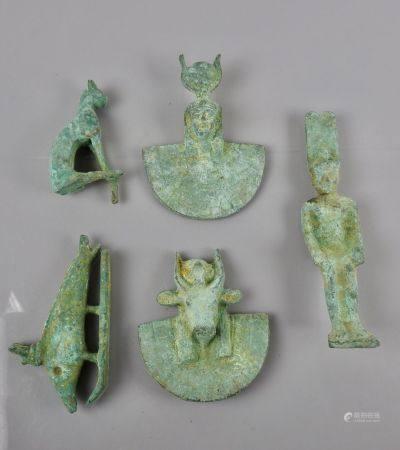 Lot de cinq bronzes de style divers.