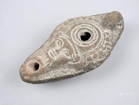 Lampe à huile ornée d'une tête de la Déesse Isis devenue magicienne à l'époque romaine,son cult