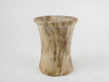 Vase tulipiforme.Albâtre patiné .En l'état.Premières dynasties nilotiques.H :15cm.Prov :Ancienn