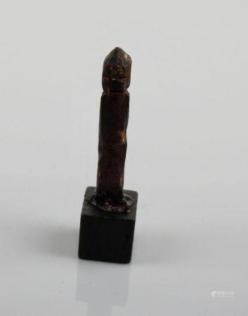 Idole en bois sculpté aux traits simplifiés hiératiques. Bassin du Nil ou oriental.Premiers mil