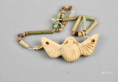 Scarabée ailé,L :5cm, albâtre et perles diverses en fritte ou autre.Basse Epoque à postéri.