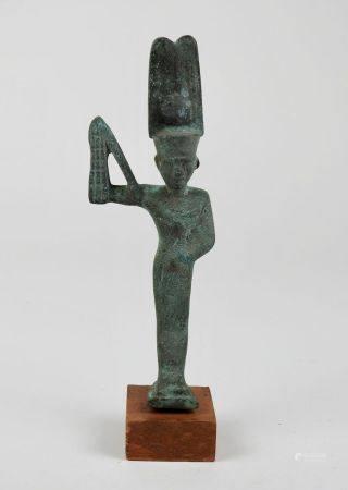 Dieu Minh se tenant le sexe d'un main sen signe de fertilité,il est coiffé des doubles plumes e