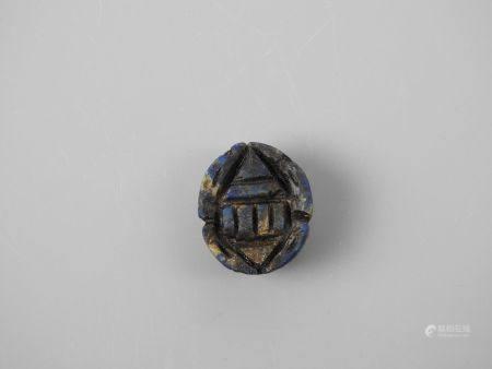Scarabée en lapis lazuli anépigraphe.Style Basse Epoque.L :3cm.
