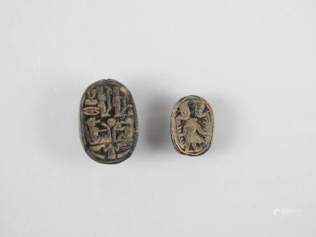 Deux scacrabées inscrits.Pierre noire.L :2 à 3cm..Nouvel Empire ou postéri.