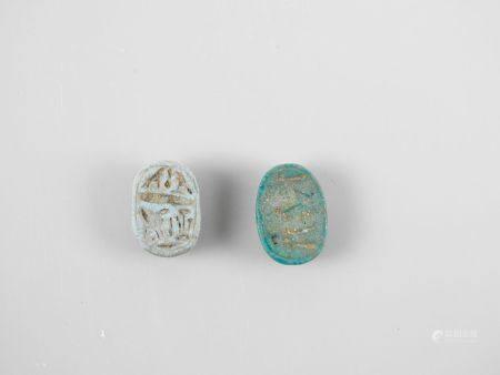 Deux scarabées ornés fritte ou pâte de verre.Nouvel Empire ou postéri.  Lenv 2cm.