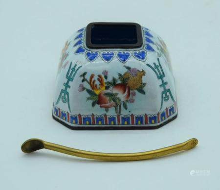 A Chinese enamelled salt pot together with a gilded spoon 7.5 x 5cm (2).