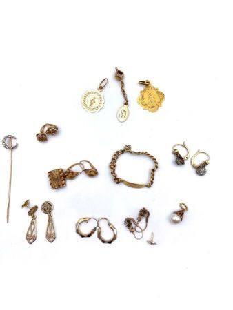 Lot en or 750  Paire , BOUCLES D'OREILLEStrèfles et fermoir en or. Poids : 4 g Petites Créoles