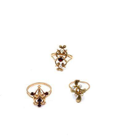 Bague or jaune(750)  grenat et deux perles. Poids : 2.5 g brut Bague or (750 ) jaune volute et