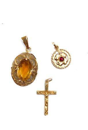 Lot en or 750 milllièmes comprenant :  - Croix : 0.9 g - Pendentif filigrané avec pierre jaune