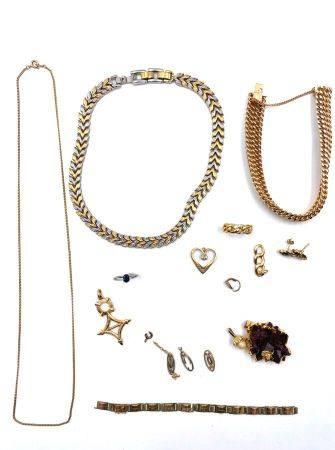 Lot de métal comprenant : Bracelet gourmette en métal, collier, pendentif incrusté d'une pierre