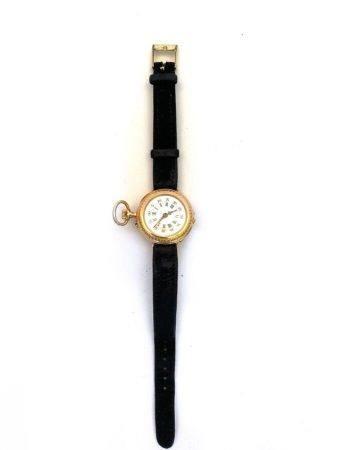 Montre de col  en or jaune transformée en montre bracelet ; or jaune ; poids brut : 18.3g