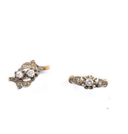 Lot de deux bagues en or jaune (750) :  -Une toi et moi  en or serti de deux petits brillants e