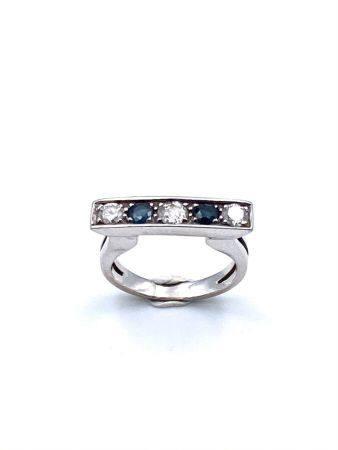 """BAGUE """" barrette """" en or gris (750). Le corps ajouré rehaussé d'un alignement de diamant taille"""