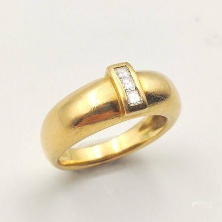 BAGUE «jonc» en or jaune (750 millièmes) serti de trois diamants calibrés.  Doigt: 54. Poids