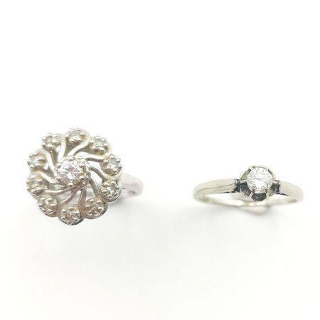 BAGUE «fleur» en or gris (750 millièmes) ajouré à motifs de volutes serti d'un diamant taille