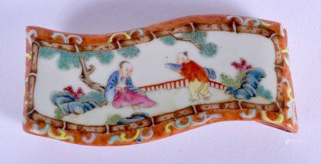 A RARE 19TH CENTURY CHINESE PORCELAIN FAMILLE ROSE SCROLLING SCHOLARS OBJECT Qing. 8.5 cm x 4 cm.