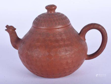 A CHINESE QING DYNASTY YIXING TEAPOT AND COVER After Chen Ming Yuan (1662-1735). 9.25 cm wide.