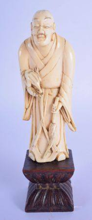 A 17TH/18TH CENTURY CHINESE CARVED IVORY FIGURE OF A SCHOLAR Ming/Qing, modelled holding a toad. Ivo