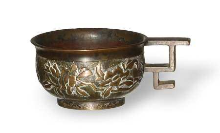 CHINESE BRONZE CUP WITH FLOWERS, 16-17TH CENTURY 十六/十七世纪 铜雕花卉把杯