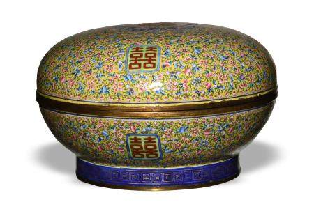 CHINESE ENAMELED METAL BOX, 19TH CENTURY 十九世纪早 铜胎珐琅捧盒