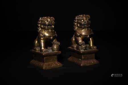 PAIR OF CHINESE GILT BRONZE LIONS, 18-19TH CENTURY 十八/十九世纪 铜鎏金狮子一对