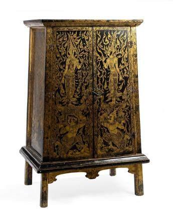 SIAM XVIIIe siècle Armoire en bois laqué noir et or