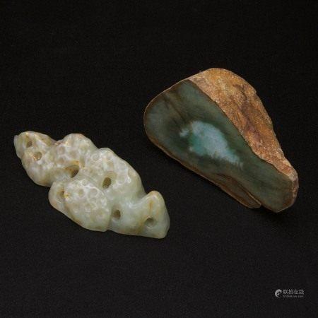 青白玉山子 翡翠原石镇纸一组两件 A Celadon Jade Mountain-Form Brush Rest, Together With a Raw Jadeite Paperweight