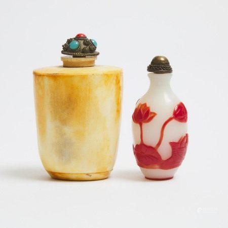 白地套红料莲塘鸳鸯图鼻烟壶 骨鼻烟壶一组两件 A Red Overlay 'Mandarin Duck' Peking Glass Snuff Bottle, Together With a Bone Carved Snuff Bottle