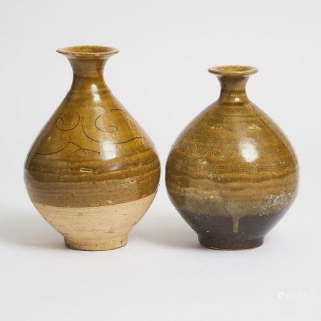元或更晚 褐绿釉划花纹瓶一组两件 Two Pear-Shaped Bottle Vases, Yuan Dynasty or Later