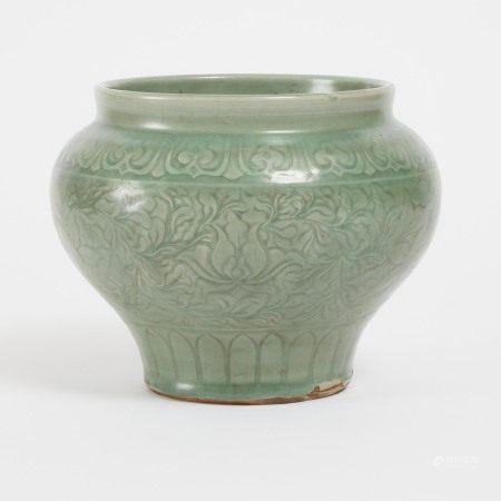 明或更晚 龙泉青釉罐 A Longquan Celadon-Glazed Jar, Ming Dynasty or Later