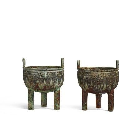 An extremely rare pair of archaic bronze ritual food vessels (Ding), Late Shang dynasty | 商末 子龔鼎一對