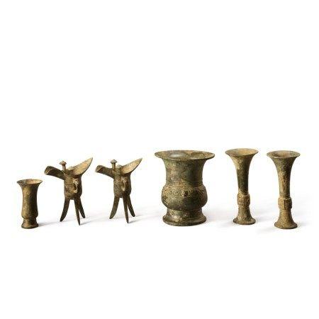 An important and rare set of archaic bronze ritual vessels, Early Western Zhou dynasty | 西周初 否叔尊、觚、爵及觶一組六件