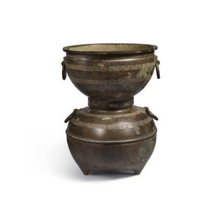 An archaic bronze ritual food steamer (Yan), Eastern Zhou dynasty, early Warring States period | 東周 戰國初 青銅交龍紋鋪首耳甗