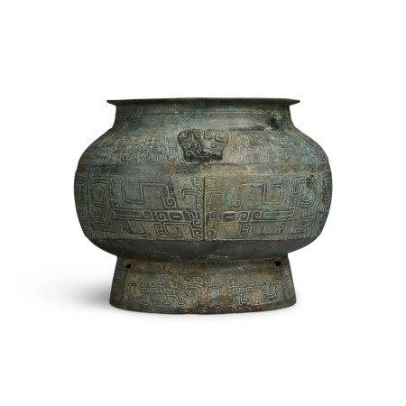 An archaic bronze ritual vessel (Pou), Late Shang dynasty | 商末 青銅饕餮紋羊首瓿