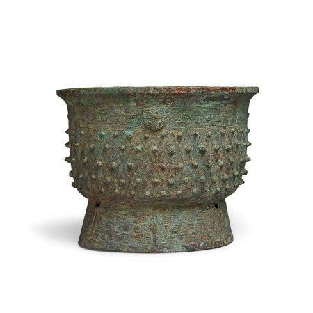 An archaic bronze ritual food vessel (Gui), Late Shang dynasty | 商末 青銅乳丁獸面紋簋