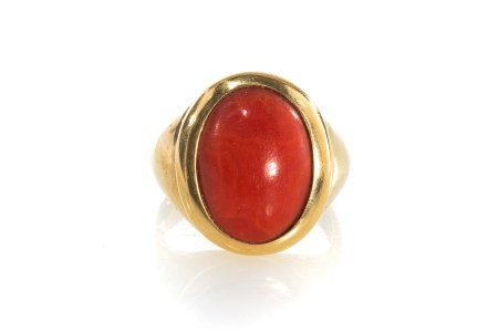 ITALIAN YELLOW GOLD & CORAL SIGNET STYLE RING, 9g