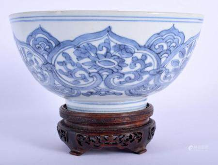 A 16TH/17TH CENTURY CHINESE BLUE AND WHITE PORCELAIN BOWL Wanli, painted with floral sprays. 17 cm diameter.