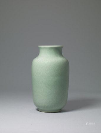 清 豆青釉穿花雲龍紋燈籠瓶