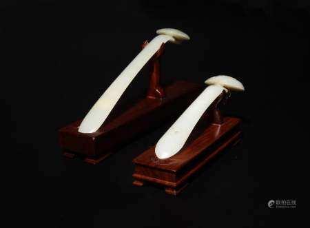 2 CHINESE WHITE JADE HAIRPINS WITH STANDS, 19TH CENTURY 十九世纪 白玉如意形发簪两支(附木座)